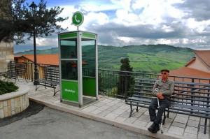 La cabina telefonica Whatsapp di Civitacampomarano.